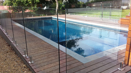 Window cleaner in Mt Eliza Victoria has cleaned glass pool fence